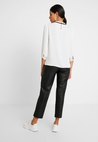 Dorothy Perkins - DETAIL 3/4 SLEEVE - Blouse - ivory - 2