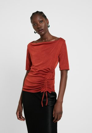 RUCHED SIDE - T-shirt med print - rust