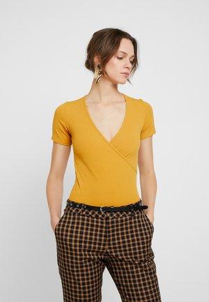 LOLA SKYE WRAP BODY - T-Shirt print - ochre