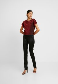 Dorothy Perkins - SEQUIN TEE - T-shirt imprimé - red - 1