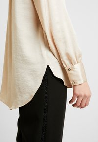 Dorothy Perkins - BUTTON THROUGH LONGLINE SHIRT - Camicetta - gold - 4