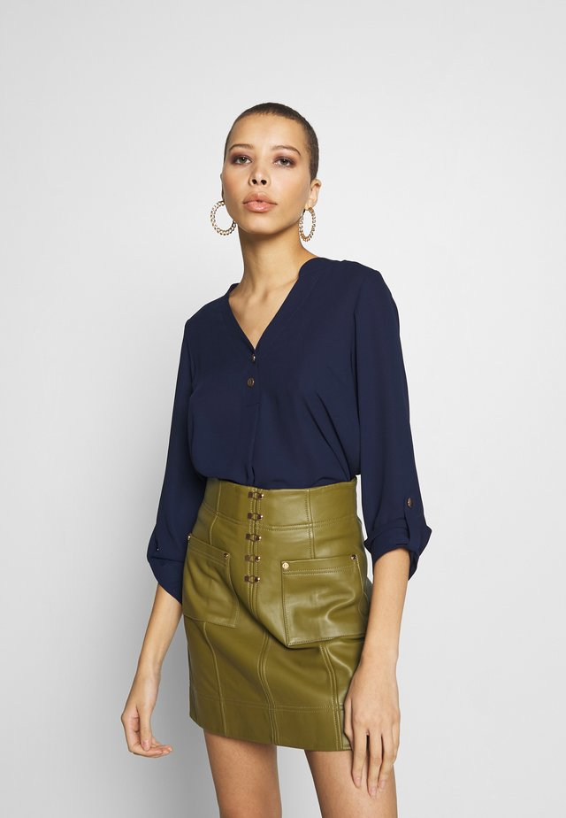 DOUBLE BUTTON COLLARLESS ROLL SLEEVE - Blus - navy
