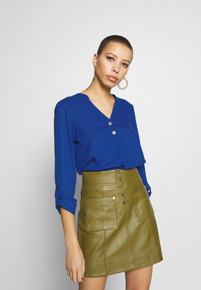 DOUBLE BUTTON COLLARLESS ROLL SLEEVE - Blus - cobalt