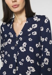 Dorothy Perkins - FLORAL DOUBLE BUTTON COLLARLESS ROLL SLEEVE - Bluser - navy - 3