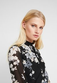 Dorothy Perkins - FLORAL SHIRRED NECK TOP - Bluser - black - 3