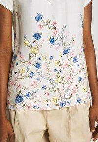Dorothy Perkins - BILLIE AND BLOSSOM FLORAL BOARDER SHELL - Blouse - white - 3