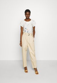 Dorothy Perkins - BILLIE AND BLOSSOM FLORAL BOARDER SHELL - Blouse - white - 1