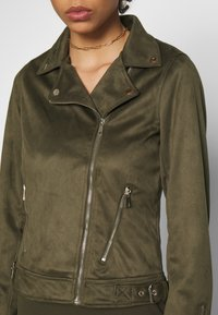 Dorothy Perkins - SUEDETTE BIKER JACKET - Imitert skinnjakke - khaki - 3
