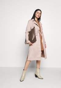 Dorothy Perkins - SUEDETTE DRING TRENCH COAT - Trenchcoat - blush - 1