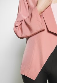 Dorothy Perkins - WATERFALL THROW ON JACKET - Lett jakke - dark rose - 4