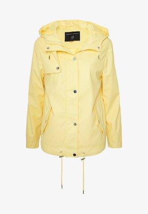 SHORT RAINCOAT - Waterproof jacket - ochre
