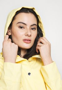 Dorothy Perkins - SHORT RAINCOAT - Impermeabile - ochre - 3
