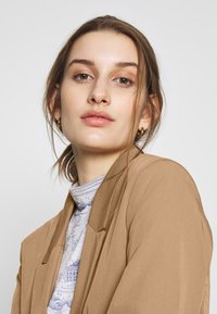 Dorothy Perkins - CAMEL EDGE TO EDGE JACKET - Blazer - light brown - 3