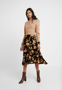 Dorothy Perkins - LEAD IN HIGH NECK - Neule - camel - 1