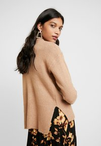 Dorothy Perkins - LEAD IN HIGH NECK - Neule - camel - 2