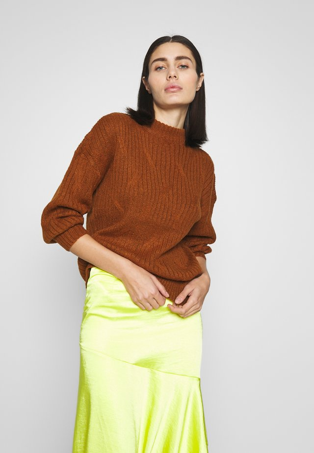 DIAGONAL DETAIL HIGH NECK JUMPER - Jersey de punto - tobacco