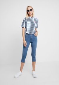 Dorothy Perkins - ENTRY CROPPED - Shorts vaqueros - light wash denim - 1