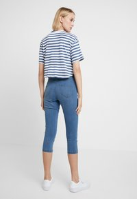 Dorothy Perkins - ENTRY CROPPED - Shorts vaqueros - light wash denim - 2