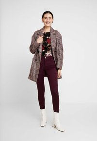 Dorothy Perkins - FRANKIE - Trousers - berry - 1