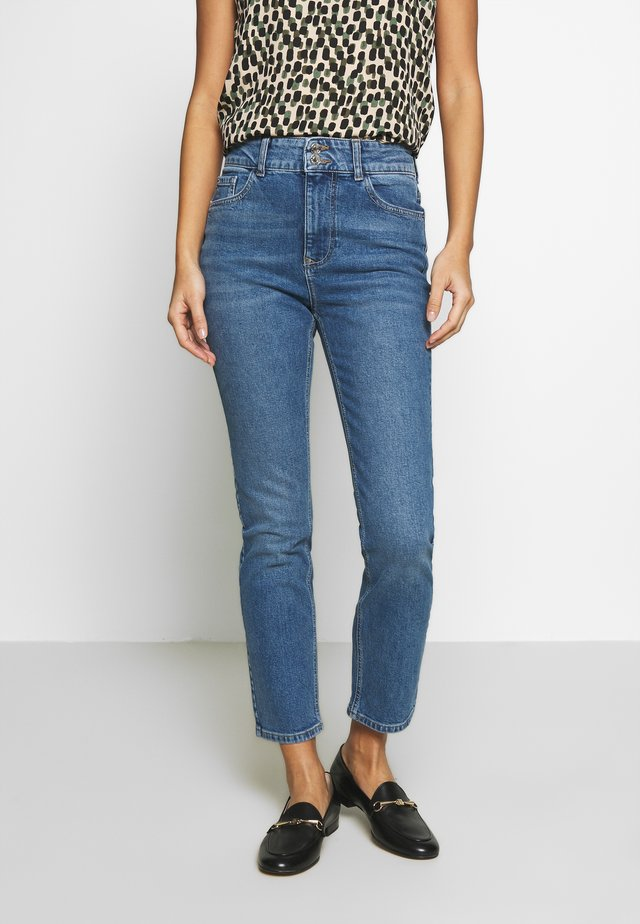BOYFRIEND JEAN - Slim fit jeans - midwash