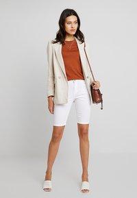 Dorothy Perkins - KNEE - Jeans Short / cowboy shorts - white - 1