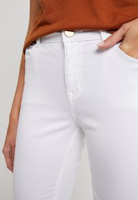 Dorothy Perkins - KNEE - Jeans Short / cowboy shorts - white - 4