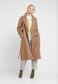 Dorothy Perkins - DOUBLE BREASTED BELTED WRAP - Trenchcoat - mushroom - 1