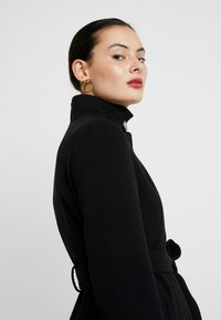 Dorothy Perkins - GLOSSY SHORT FUNNEL NECK COAT - Krátký kabát - black - 4