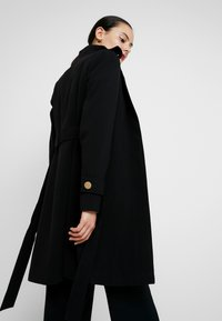 Dorothy Perkins - GLOSSY SHORT FUNNEL NECK COAT - Krátký kabát - black - 3