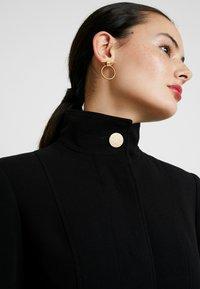 Dorothy Perkins - GLOSSY SHORT FUNNEL NECK COAT - Krátký kabát - black - 6