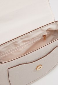 Dorothy Perkins - SADDLE DETAIL CROSSBODY  - Axelremsväska - ecru - 4