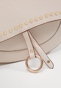Dorothy Perkins - SADDLE DETAIL CROSSBODY  - Axelremsväska - ecru - 6