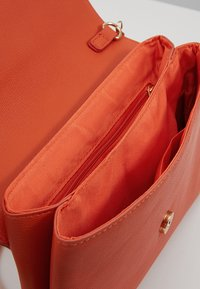 Dorothy Perkins - DOUBLE COMP - Pochette - orange - 4