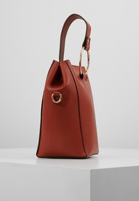 Dorothy Perkins - RING BUCKET CROSSBODY - Axelremsväska - rust - 3