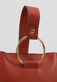 Dorothy Perkins - RING BUCKET CROSSBODY - Axelremsväska - rust - 6
