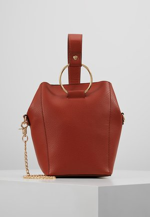RING BUCKET CROSSBODY - Axelremsväska - rust