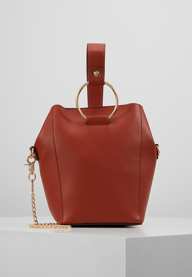 Dorothy Perkins - RING BUCKET CROSSBODY - Axelremsväska - rust