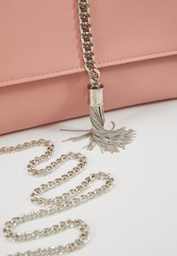 Dorothy Perkins - CHAIN TASSEL - Clutch - blush - 6