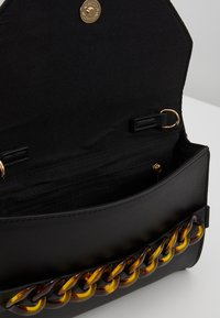Dorothy Perkins - TORT CHAIN  CIRCLE HANDLE MINI TOTE - Psaníčko - black - 4
