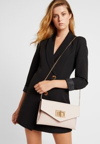 Dorothy Perkins - LARGE LOCK - Clutch - nude - 1
