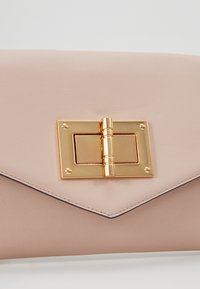 Dorothy Perkins - LARGE LOCK - Clutch - nude - 6
