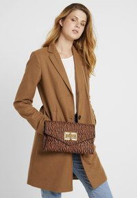 Dorothy Perkins - LARGE LOCK - Clutch - rust - 1