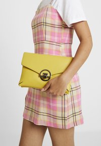 Dorothy Perkins - DOUBLE COMP HARDWARE - Clutch - lime - 1