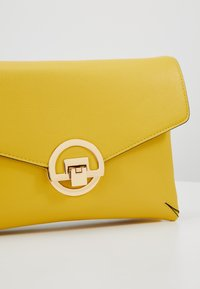Dorothy Perkins - DOUBLE COMP HARDWARE - Clutch - lime - 6