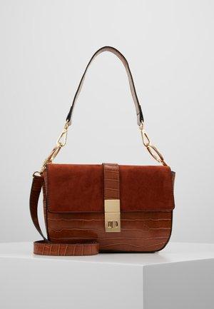 TWISTLOCK SHOULDER BAG - Handtasche - tan
