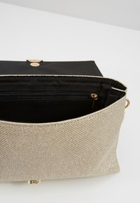 Dorothy Perkins - V PANEL CLUTCH - Skulderveske - gold - 4
