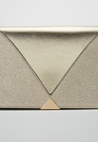 Dorothy Perkins - V PANEL CLUTCH - Skulderveske - gold - 6
