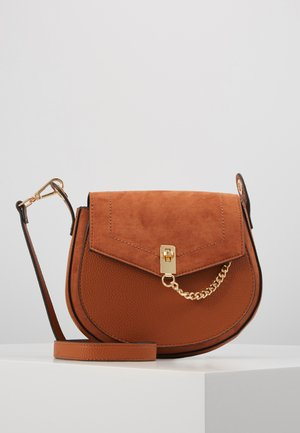 EYELET SADDLE CROSS BODY - Axelremsväska - tan