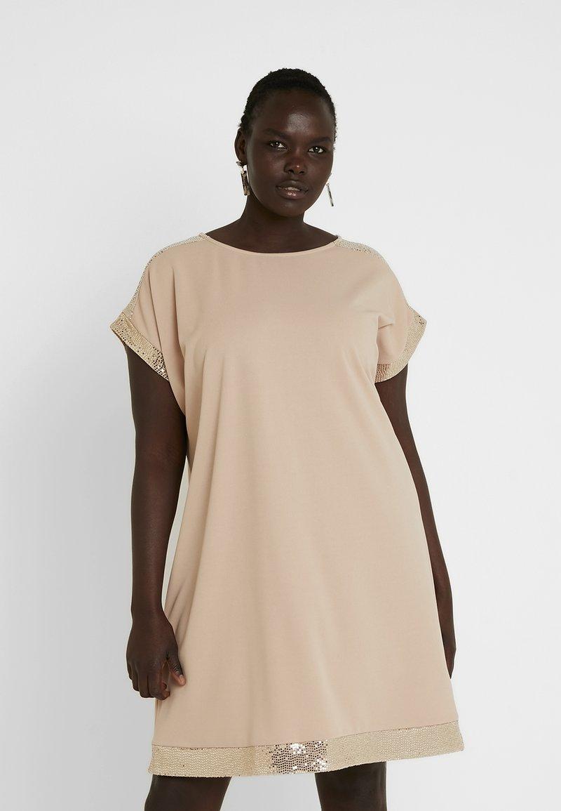 Dorothy Perkins Curve - SEQUIN SHIFT DRESS - Denní šaty - nude