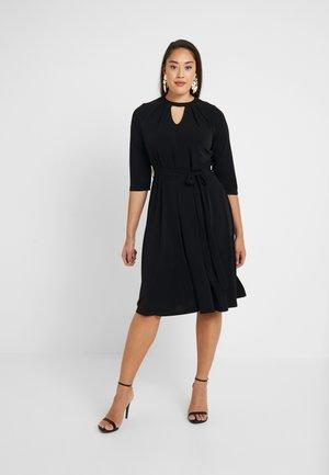 PLEAT NECK 3/4 SLEEVE DRESS - Žerzejové šaty - black